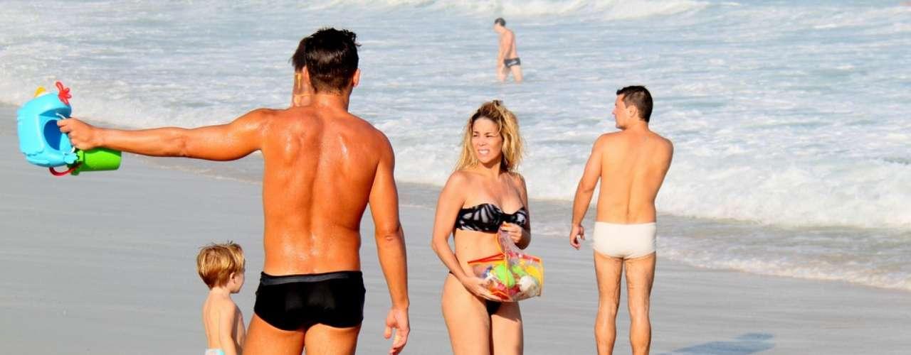 Maio 2013 -Danielle Winits foi fotografada na tarde deste sábado (4) na praia da Barra da Tijuca, zona oeste do Rio de Janeiro, ao lado do filho Guy e do namorado, o jogador Amaury