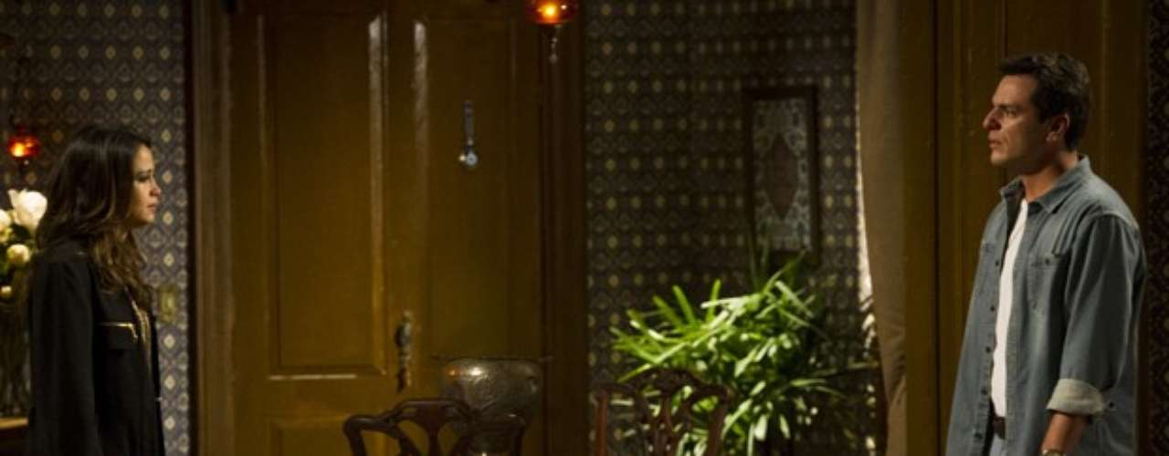 Depois de ser vista nas ruas da Turquia, Morena (Nanda Costa) procura Théo (Rodrigo Lombardi) e conta que foi traficada e obrigada a se prostituir