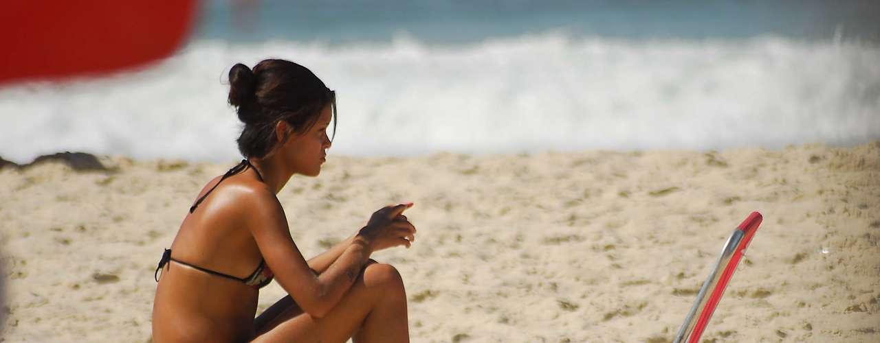 4 de maio O calor de 28ºC no final da manhã deste sábado levou muitos banhistas para a praia de Copacabana, no Rio de Janeiro