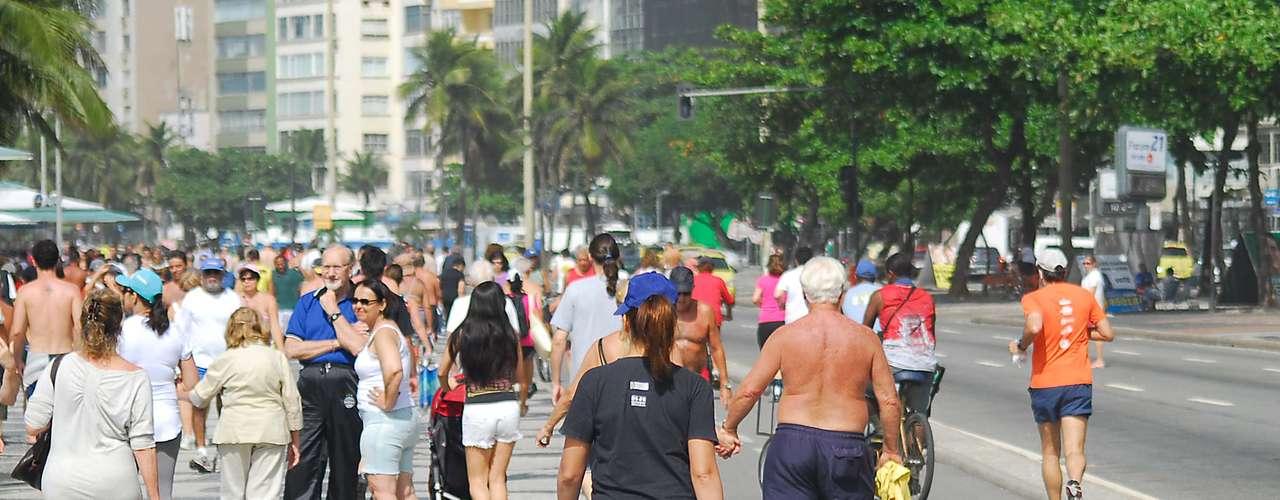 4 de maio Além da água, o calçadão também ficou repleto de pessoas que aproveitavam a manhã ensolarada para fazer exercícios