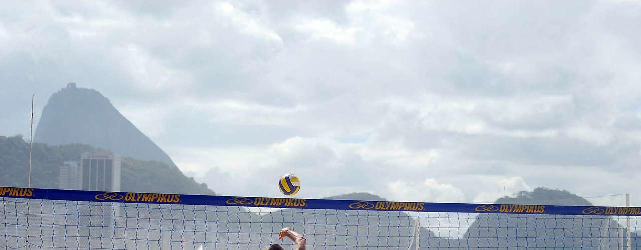 4 de maio O vôlei também foi a opção de muitos banhistas em Copacabana
