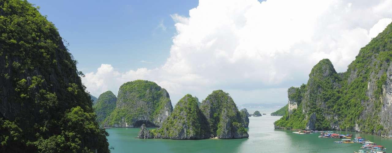 Vietnã O Vietnã é seguro, os preços cabem no bolso e é lindo. Mochileiros e viajantes solo podem fazer trilhas nas florestas, rios e praias. Com povo receptivo, é possível fazer passeios de barco e visitar ruínas em Hoi An ou mesmo se deliciar em vilas de pescadores e praias com águas cristalinas