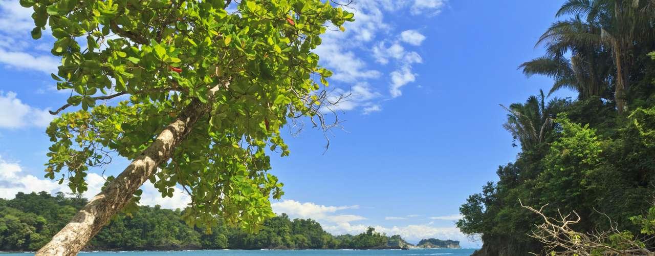 Costa Rica Com um dos melhores índices de felicidade e segurança no mundo, a Costa Rica é perfeita para fugir de tudo. Ela combina relaxamento e aventura, com surfe, caiaque, passeios a cavalo, trilhas na floresta e claro, praias
