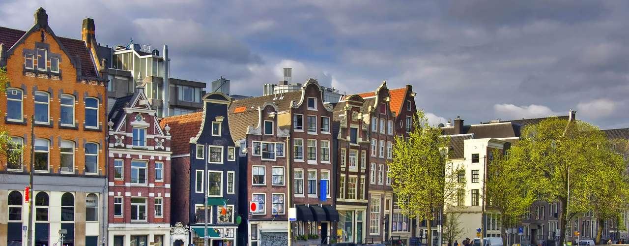 Amsterdã, Holanda A cidade é segura e receptiva para quem está viajando sozinho, e ótima apra se fazer amigos. Conheça a cidade de bicicleta, veja obras de arte no Van Gogh Museum e visite os bares para conhecer pessoas e provar a cerveja holandesa
