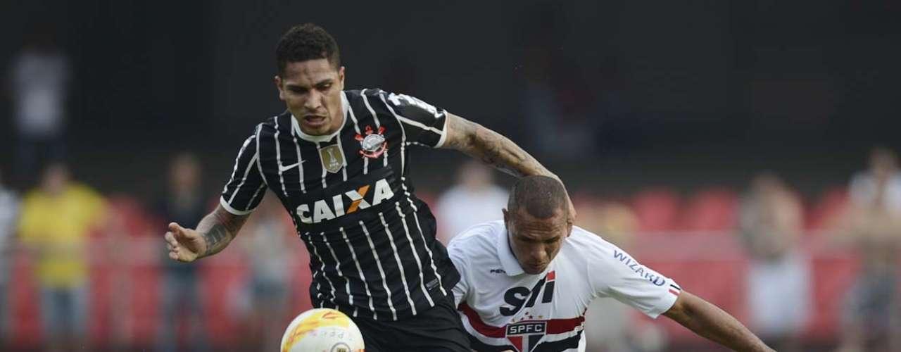 Centroavantes Guerrero e Luís Fabiano brigam pela posse da bola