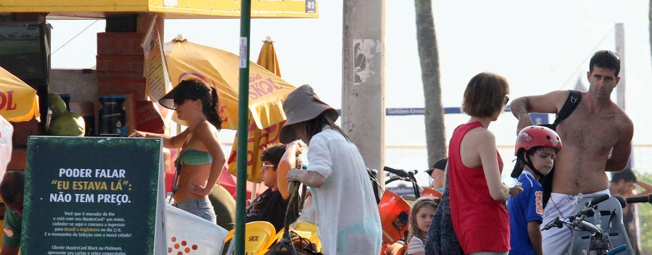 Maitê Proença curtiu o domingo de sol ao lado de uma amiga na praia de Ipanema, na zona sul do Rio de Janeiro