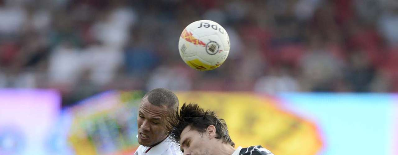 Luís Fabiano e Paulo André disputam bola pelo alto
