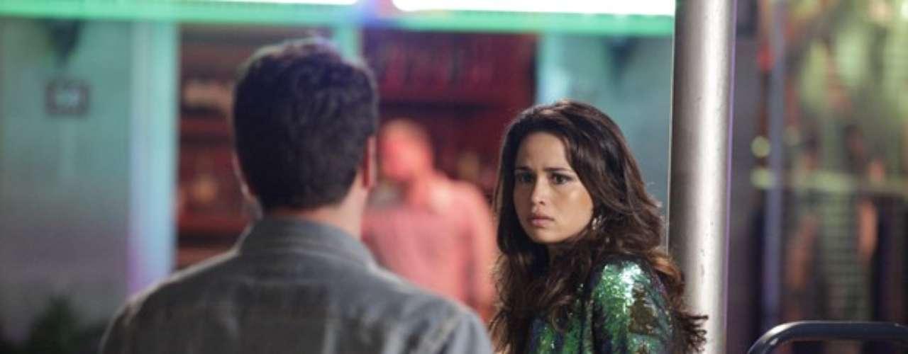 Théo (Rodrigo Lombardi) caiu na provocação de Livia (Claudia Raia), em Salve Jorge, e encontrou Morena (Nanda Costa) nas ruas de Istambul, aparentemente se prostituindo. \