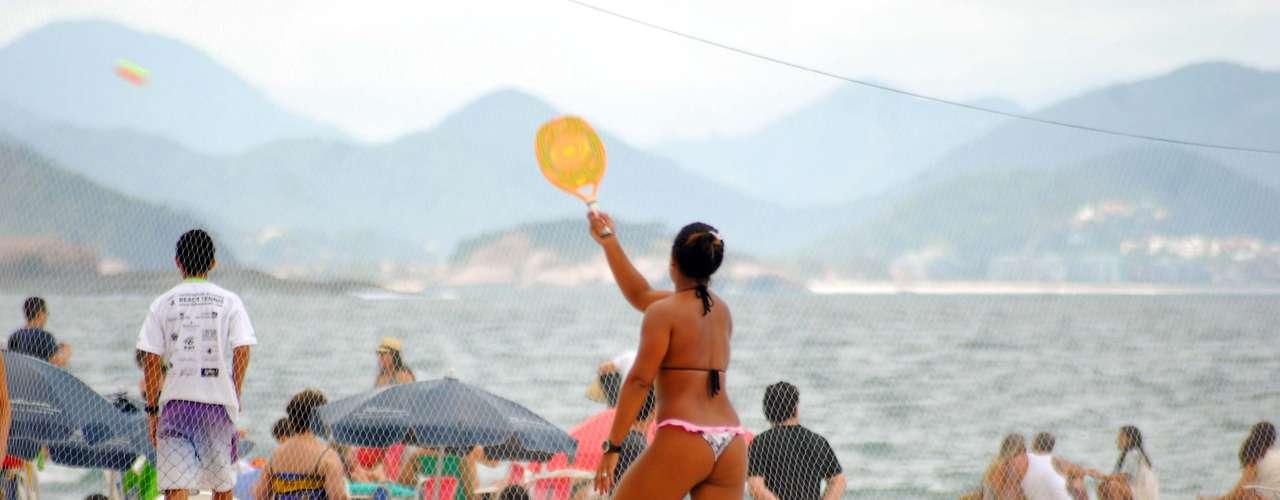 5 de maio Banhistas aproveitavam o calor para praticar esportes na praia de Copacabana