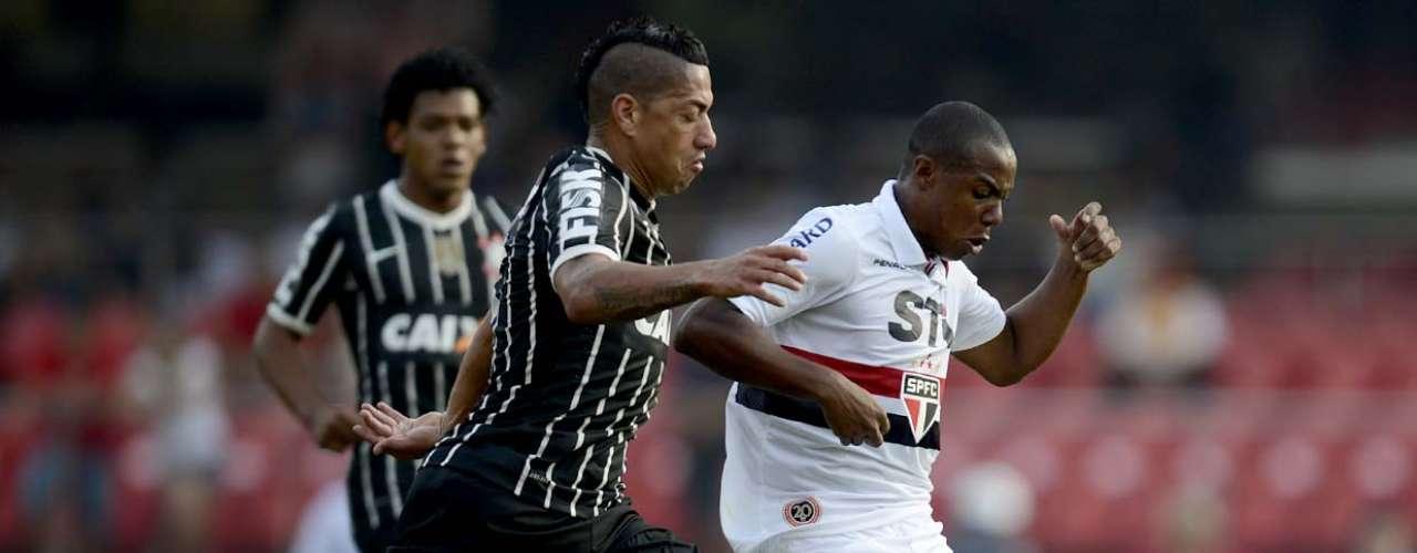 Volantes Ralf e Wellington disputam clássico pela semifinal do Campeonato Paulista