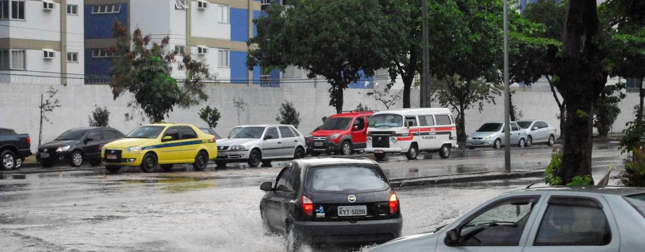 6 de maio - Temporal que atingiu o Rio de Janeiro no início da manhã provocou alagamentos e complicou o trânsito