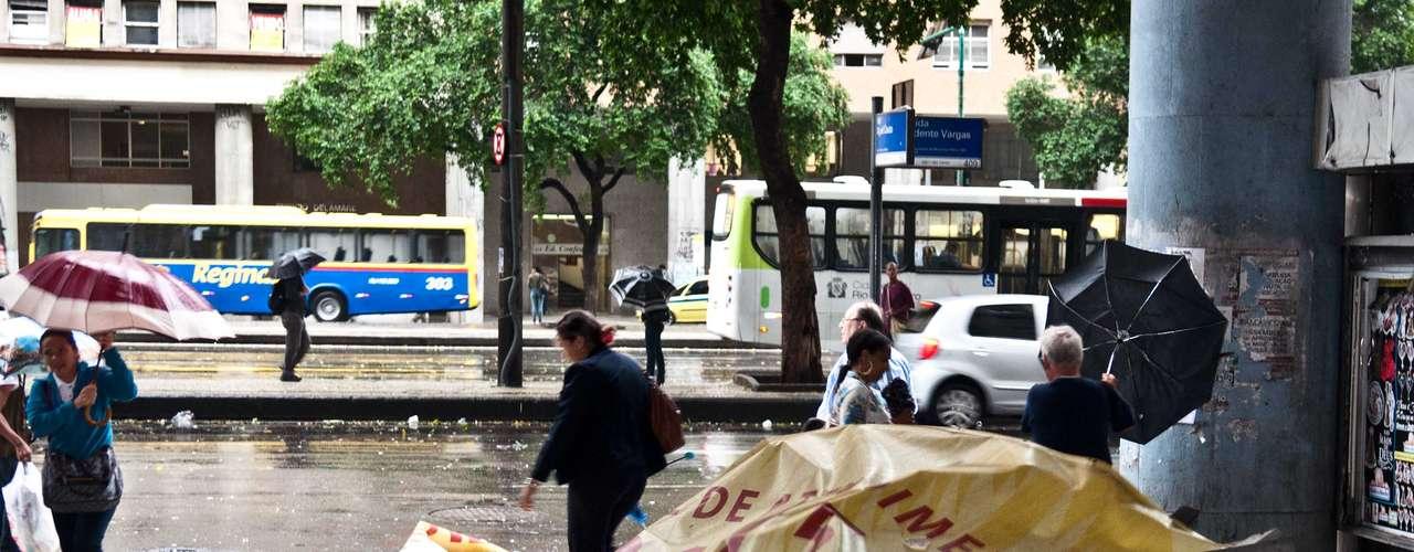 6 de maio - Fortes rajadas de vento causaram estragos no Rio de Janeiro na manhã desta segunda-feira