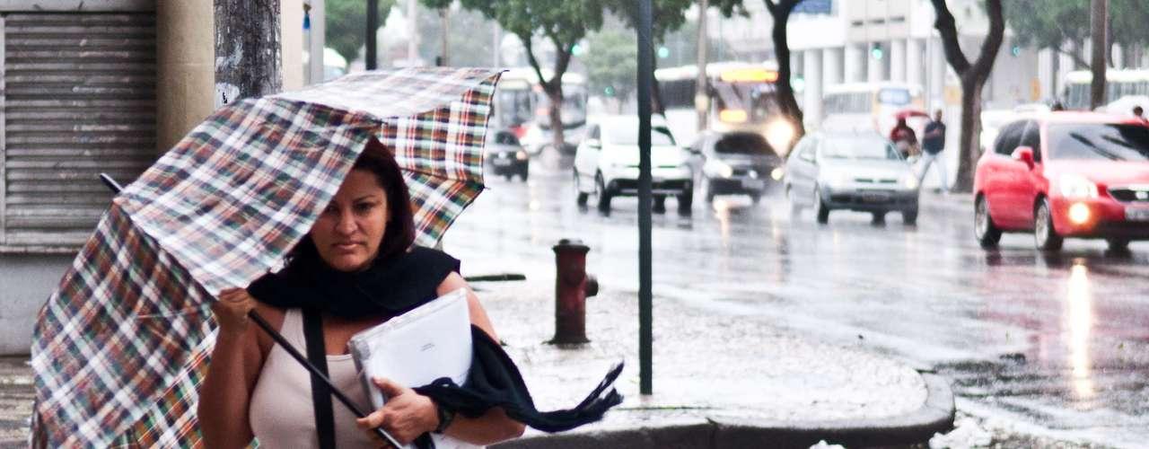 6 de maio - Quem saiu às ruas nesta segunda-feira no Rio precisou enfrentar a chuva e o vento fortes