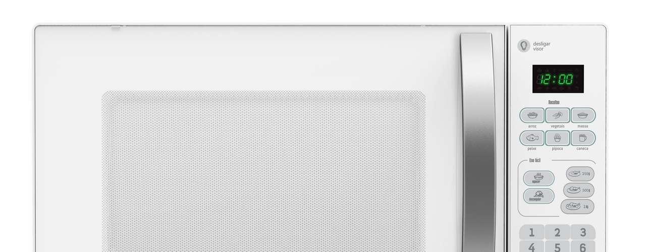 Micro-ondas preciso O micro-ondas Consul 20 litros possui o Menu Uso Fácil que permite uma programação específica para porções de 250g, 500g e 1kg, facilitando a rotina do consumidor, que não precisa programar o nível de potência e o tempo de cozimento. O recurso Desliga Visor é outra novidade e permite uma economia de até 12% de energia por mês. Está disponível em branco e cinza. Preço sugerido: R$ 259 (branco) e R$ 269 (inox e espelhado). Informações: 3003-0777 (capitais e regiões metropolitanas) e 0800-970-0777 (demais localidades)