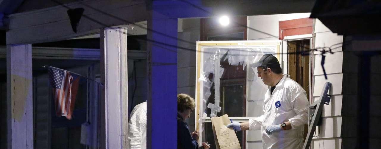 6 de maio -Membros do FBI removem evidência da casa