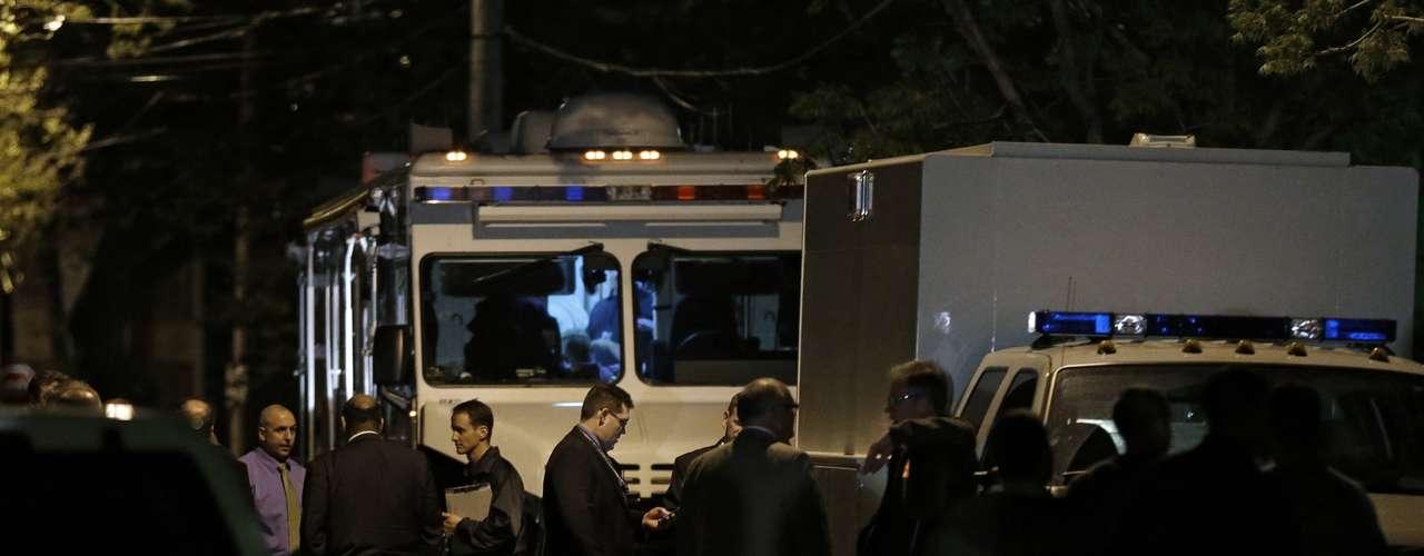 6 de maio -Membros da polícia de Cleveland e do FBI são vistos em frente à casa onde as mulheres foram encontradas