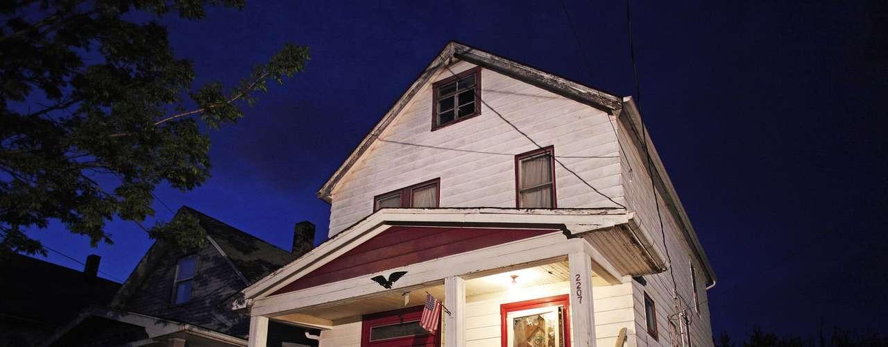 6 de maio -Imagem mostra o exterior de casa em Cleveland, Estado americano de Ohio, onde três mulheres que desapareceram há cerca de 10 anos, quando ainda eram adolescentes, foram mantidas em cativeiro por sequestradores até serem encontradas na segunda-feira