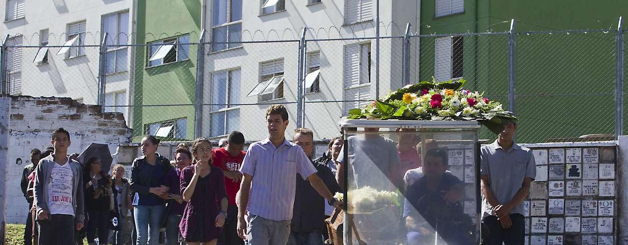 7 de maio -Valdirene Santana dos Santos, que foi encontrada morta dentro de uma bolsa na manhã do domingo, foi enterrada na tarde desta terça-feira no cemitério Vila Nova Cachoeirinha, na zona norte de São Paulo. Ela foi velada na casa de uma amiga