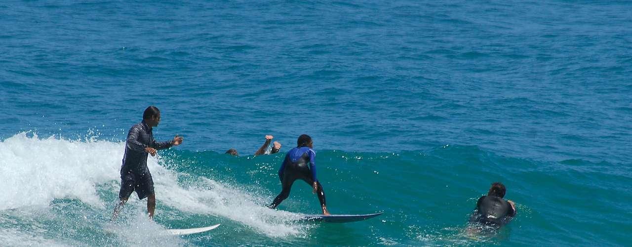 7 de maio Surfistas aproveitaram o dia ensolarado para cair no mar