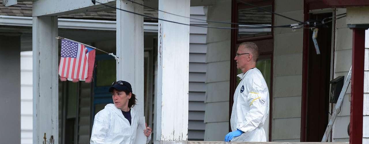 7 de maio - Peritos do FBI voltaram na casa usada como cativeiro nesta terça-feira