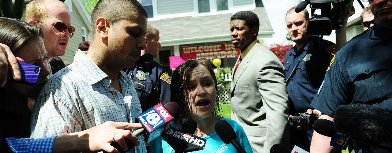 8 de maio -Beth Berry Serrano, irmã deAmanda Berry,conversa com a imprensa
