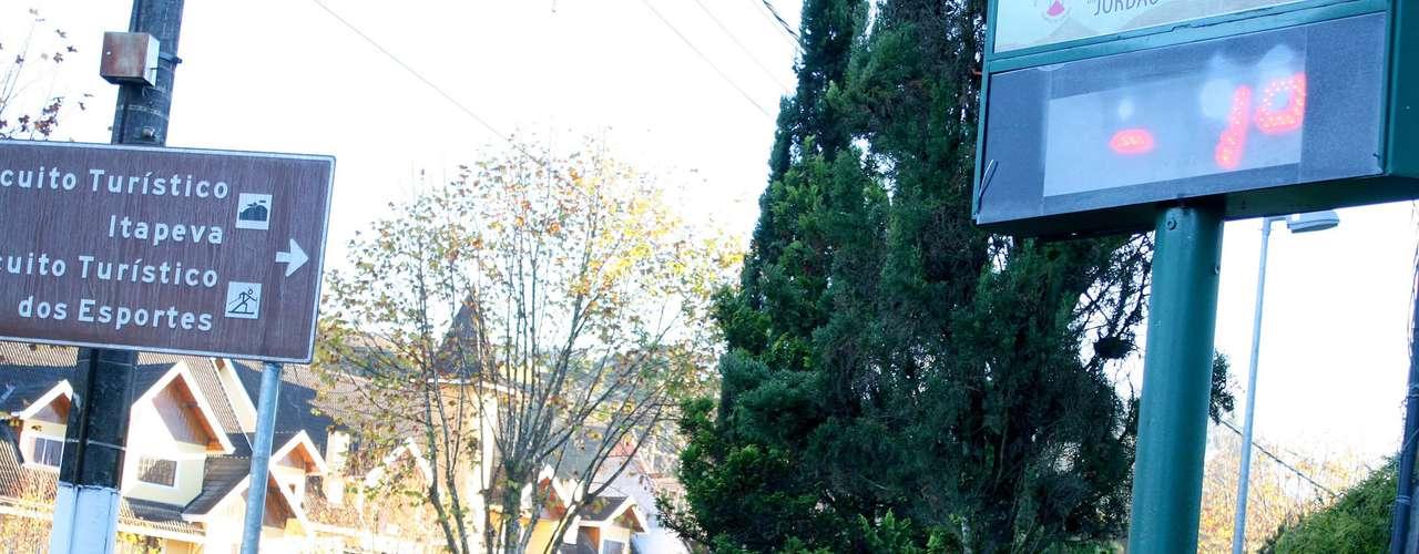 9 de maio - Termômetros de rua chegaram a marcar -1ºC em Campos do Jordão (SP)
