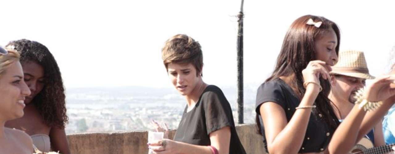 Aisha (Dani Moreno) continua com problemas para se integrar com sua família biológica no Alemão. No capítulo desta quinta-feira (9), de Salve Jorge, ela sai de fininho de um churrasco organizado na laje em sua homenagem