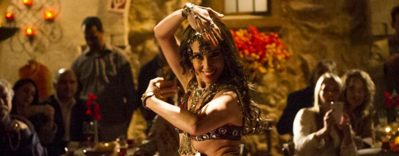 Seguindo conselhos de vó Farid, Ayla faz uma apresentação sensual de dança turca para conquistar Zyah. A cena vai ao ar na quarta-feira (15), em 'Salve Jorge'