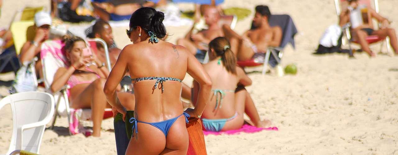 10 de maio - Calor e tempo bom levam banhistas à praia de Ipanema, no Rio de Janeiro, nesta sexta-feira de outono