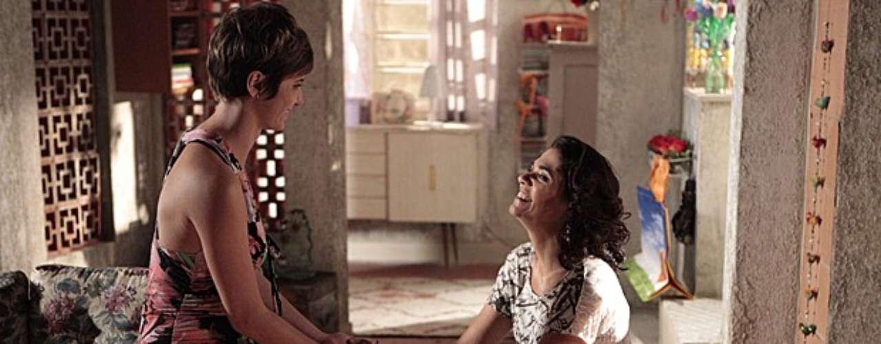 Aisha (Dani Moreno) vai até a casa de Delzuite (Solage Badim) e pede desculpas por ter feito uma desfeita para a mãe