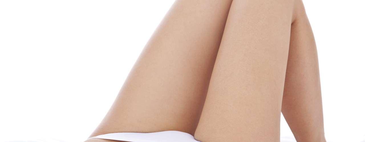 A atrofia vaginal causa ressecamento, perda da elasticidade, ardor, aumento de infecções vaginais, disúria (dor ao urinar), noctúria (urgência de urinar à noite), dispareunia (dor no ato sexual), sangramentos em casos acentuados e autoestima prejudicada