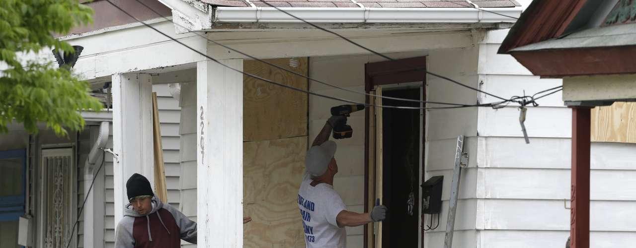 11 de maio - Polícia fechou casa com placas de madeira para conservar evidências dentro da residência