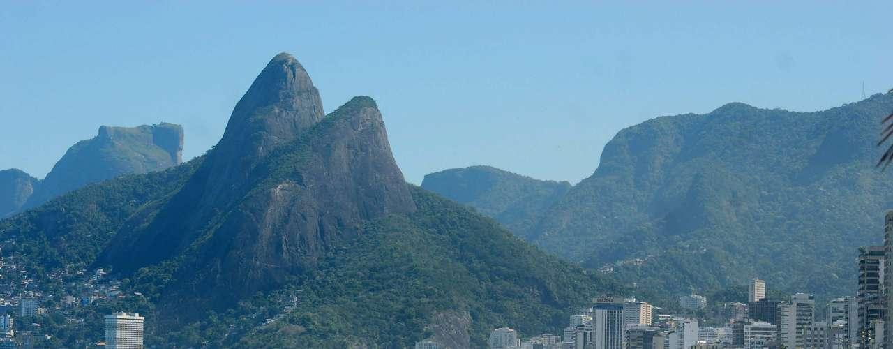 11 de maio - A praia de Ipanema, no Rio, recebe grande movimentação