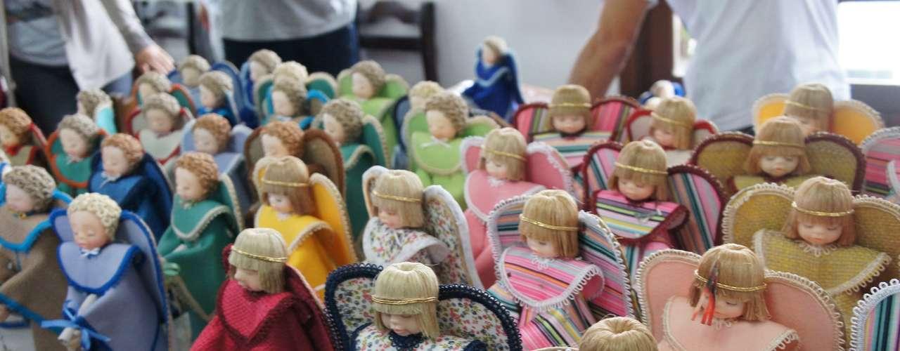 12 de maio No Dia das Mães, mulheres que perderam seus filhos na tragédia de Santa Maria receberam anjos de porcelana