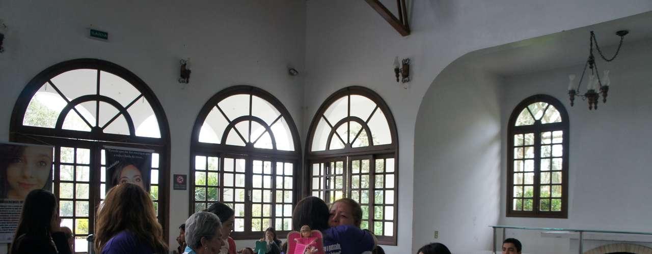 12 de maio A professora Helena Rosa da Cruz, que perdeu dois filhos no incêndio, é confortada por familiares de vítimas durante encontro em Santa Maria
