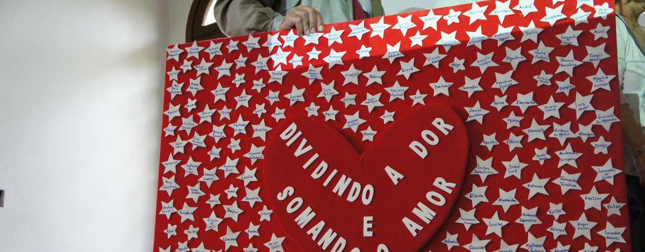 12 de maio Entre as homenagens feitas está um painel com 241 estrelas: cada uma contém o nome de uma das vítimas do incêndio