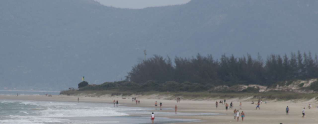 12 de maio Apesar da temperatura amena, poucos banhistas se aventuraram no mar catarinense