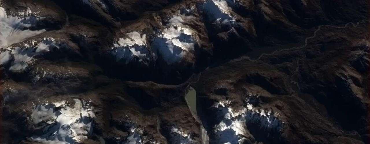 'Estranho como o fluxo vagaroso de gelo glacial se torna mais visível daqui, de tão longe', escreveu Chris Hadfield, da ISS, no Twitter, dia 8 de maio. No centro da imagem é possível ver o trajeto do fluxo a que o astronauta se refere