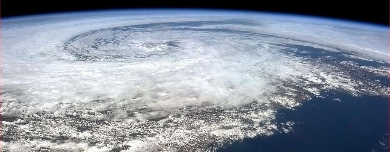 Costa da Irlanda é atingida por grande tempestade, dia 10 de maio. Do espaço, Hadfield conseguiu registrar os redemoinhos de nuvens próximos à orla irlandesa