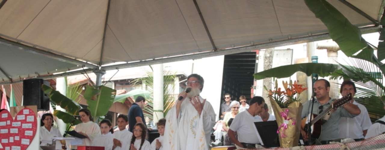 A comunidade pesqueira de Bombinhas se reuniu na praia de Bombas, e participou de uma missa que abençoou embarcaçõese prestou homenagens aos pescadores