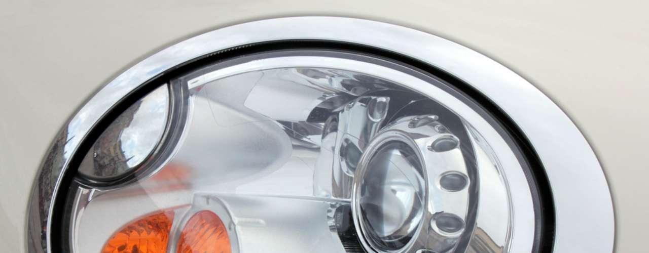 2 - Luzes queimadas - Todas as luzes de sinaleiras, piscas e freio devem estar funcionando. A multa para o condutor que circula com uma das lâmpadas queimadas, ou com defeito no sistema de iluminação, é de R$ 86,13, com perda de quatro pontos na carteira de habilitação