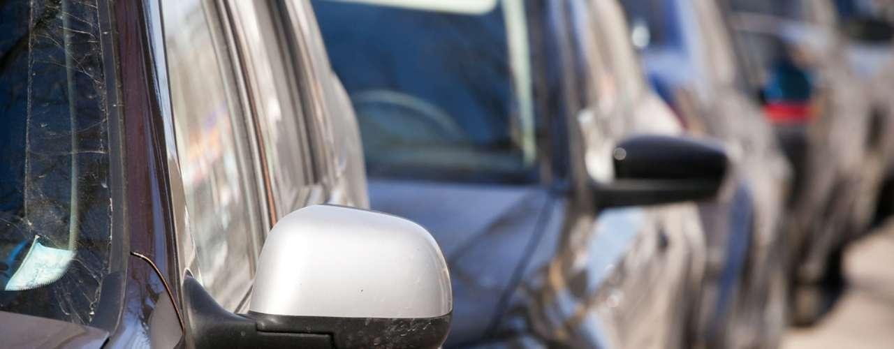 8  Espelhos - Se por algum motivo seu veículo quebrou o espelho, trate de trocar. É obrigatório o uso do retrovisor interno e dos dois lados das portas. A ausência rende uma multa de R$ 127,69 e cinco pontos na carteira