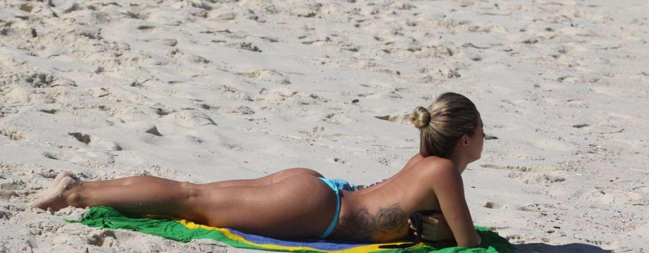 Maio 2013 -Marianna Rosas, modelo que estampa a capa pôster da revista Playboy neste mês, fez topless na praia da Barra da Tijuca, Rio de Janeiro, na última terça-feira (14)