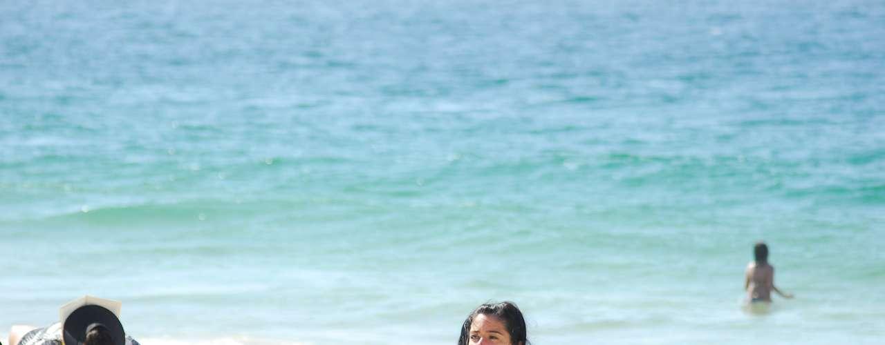 16 de maio -Banhista aproveita o forte calor na manhã desta quinta-feira na praia de Copacabana no Rio de Janeiro (RJ)