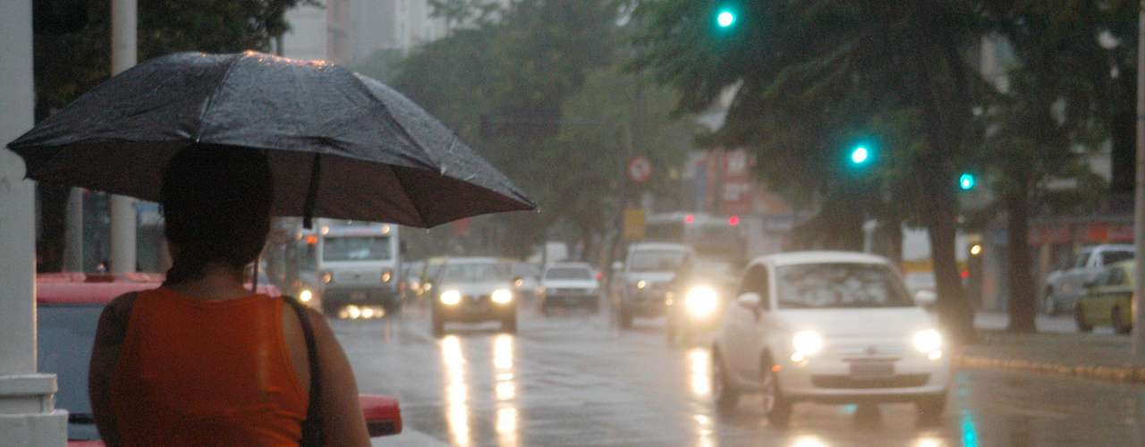 17 de maio Pedestre enfrenta dia chuvoso no Rio de Janeiro