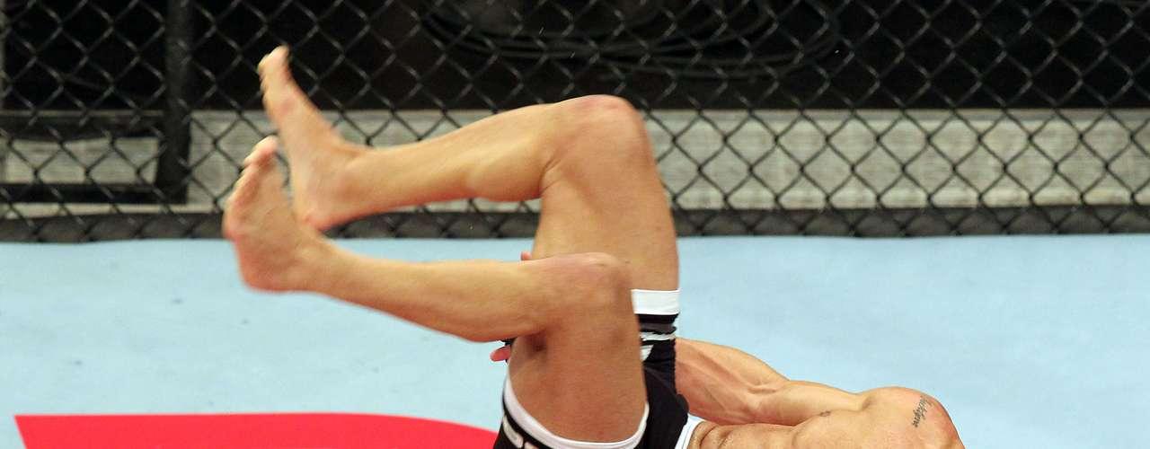 John Lineker levantou a torcida na Arena Jaraguá e nocauteou Azmat Gashimov, da Rússia, em duelo pelo peso-mosca