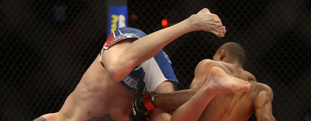 Estreando no UFC, Ronaldo Jacaré comemorou a vitória no co-main event em Jaraguá do Sul com uma finalização contra o americano Chris Camozzi