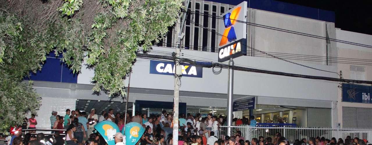 18 de maio - Movimentação foi grande em agências da Caixa na cidade de Juazeiro (BA)