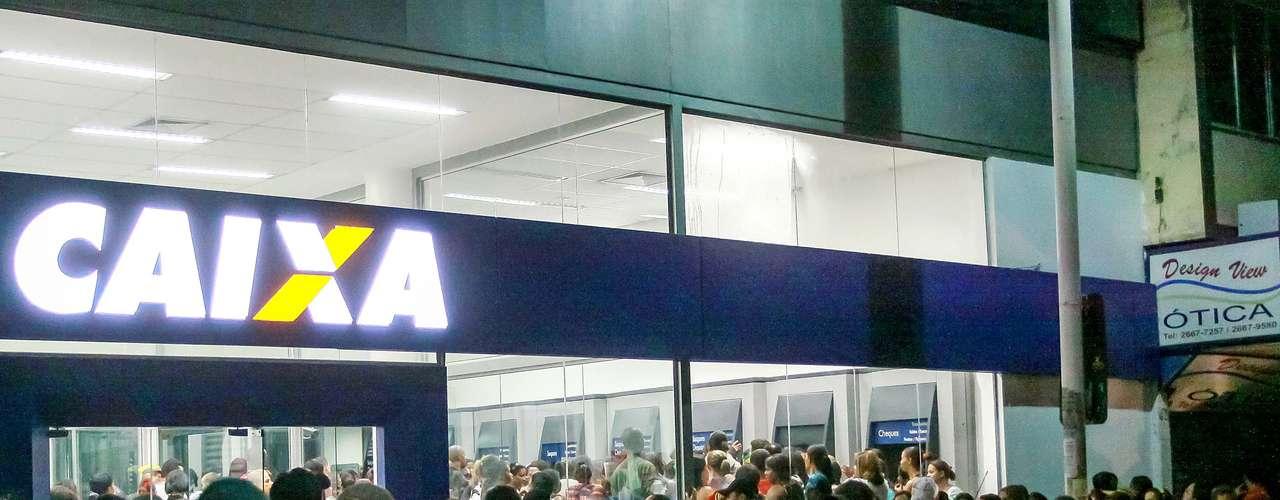 18 de maio - Em Nova Iguaçu (RJ), os beneficiários também se deslocaram ao banco