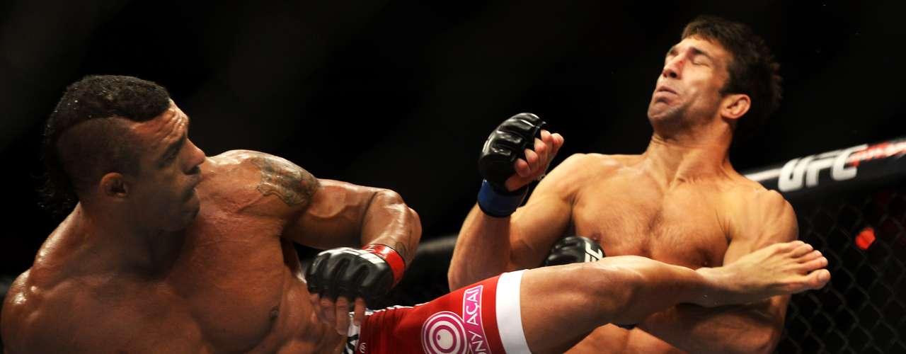 Vitor Belfort conseguiu um chute rodado impressionante e nocauteou Luke Rockhold na luta principal do UFC em Jaraguá do Sul neste sábado